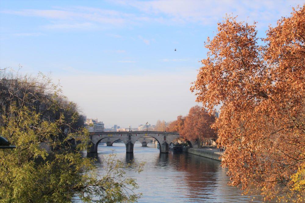 Le pont Marie entourée des couleurs de l'automne.