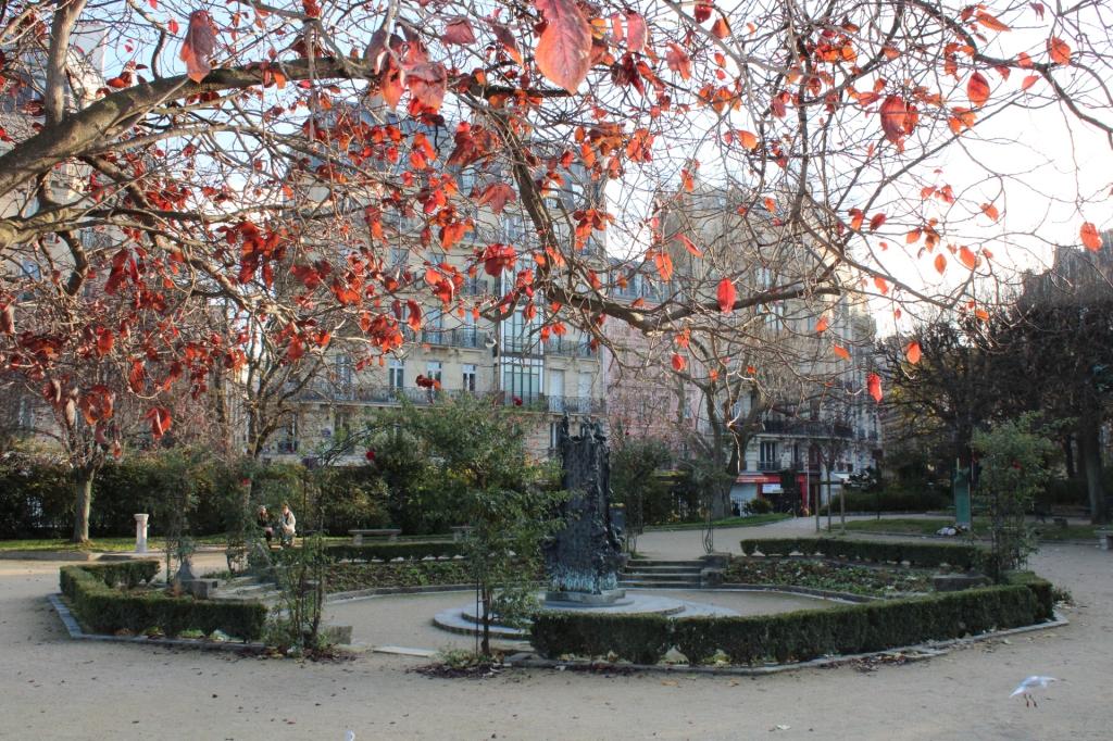 Square Viviani avec la fontaine sculptée par Georges Jeanclos