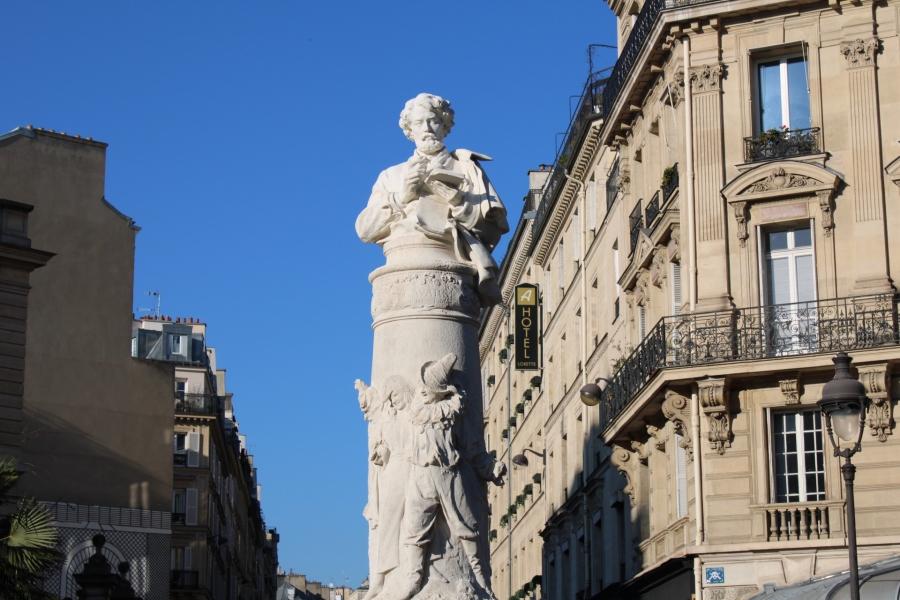 Statue de Paul Gavarni, par Denys Puech, place Saint-Georges