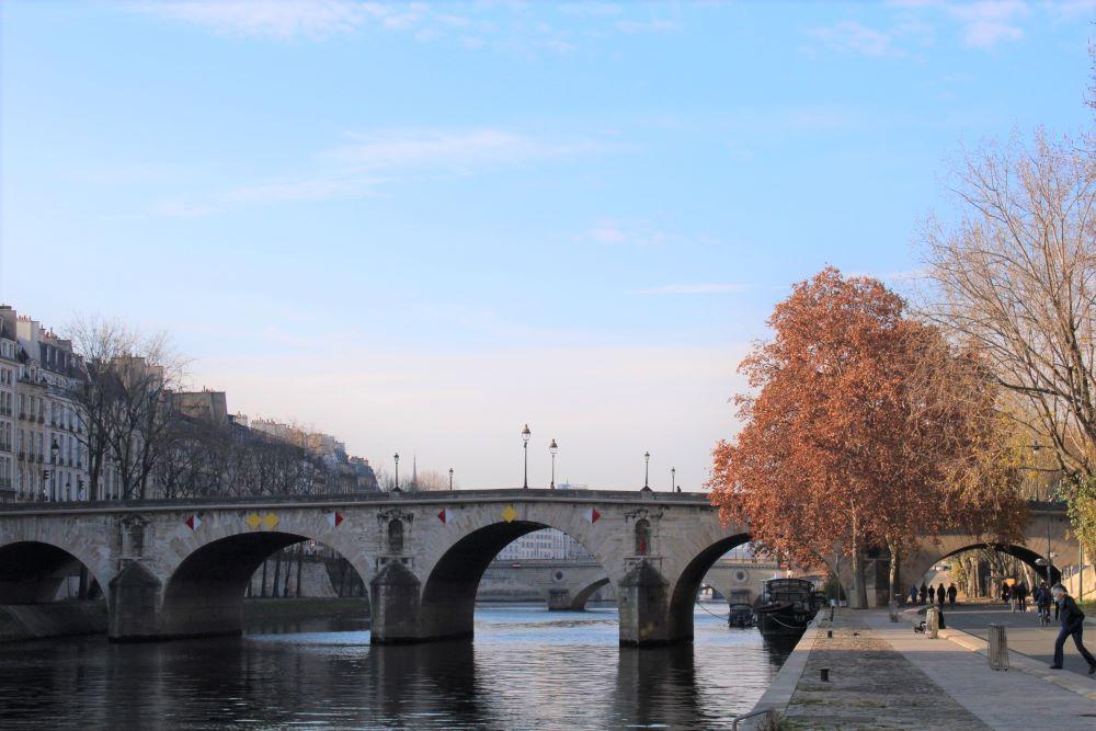 Vue du pont Marie depuis la voie Georges Pompidou, sur les quais de Seine.