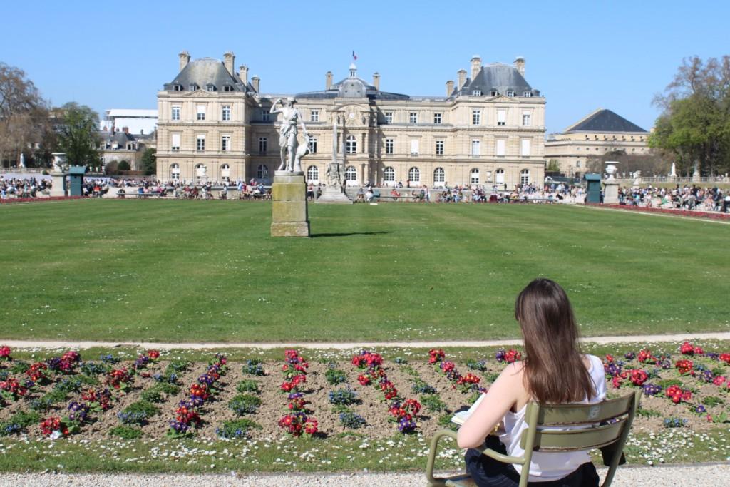 Vue fleurie du palais du Luxembourg au jardin du Luxembourg
